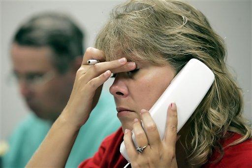 Стресс вредит коже - ученые. Женщина говорит по телефону