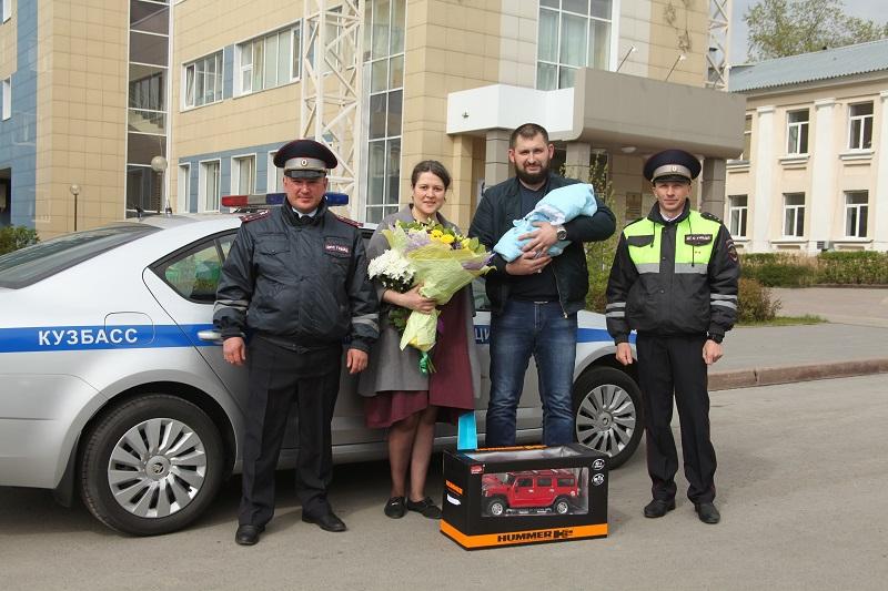 В Кузбассе женщина приехала рожать с полицейским эскортом. медицина, здоровье, врач, полиция, женщина, беременная, роды, Кузбасс