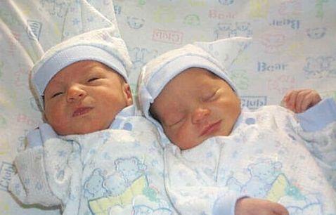 Близнецы родились с разницей в несколько недель. близнецы
