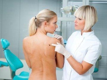 Медики назвали основные симптомы онкопатологий у женщин