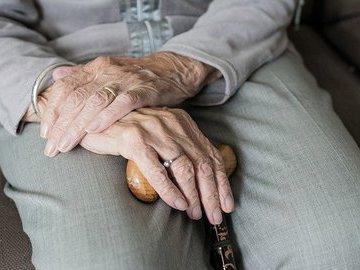 Врач перечислила признаки тяжёлого течения COVID-19 у пожилых людей