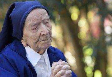 Бокал вина в день: переживашая ковид 117-летняя монахиня рассказала о любимом